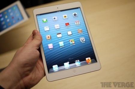 iPad mini nhỏ gọn và dễ dàng cầm nắm chỉ bằng 1 tay