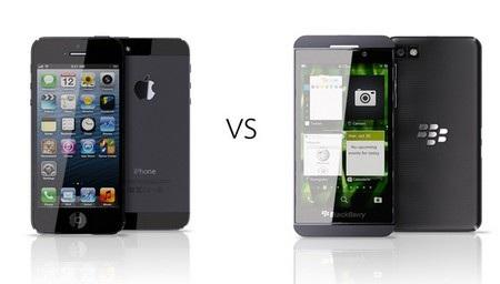 """BlackBerry Z10 (phải) """"đọ dáng"""" cùng iPhone 5"""