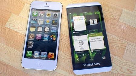 iPhone 5 (trái) và BlackBerry Z10 phiên bản màu trắng