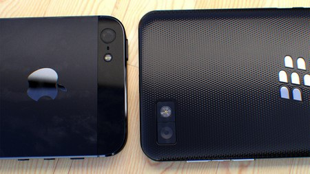 Mặt sau của iPhone 5 với BlackBerry Z10 phiên bản đen