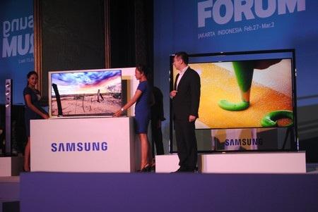 Samsung giới thiệu 2 mẫu tivi F8000 (trái) và UHD 85S9 (phải)