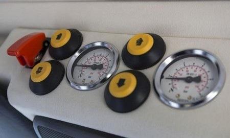 Có thể điều chỉnh áp suất trong lốp xe từ bảng điều khiển để khai thác sức mạnh của các lốp