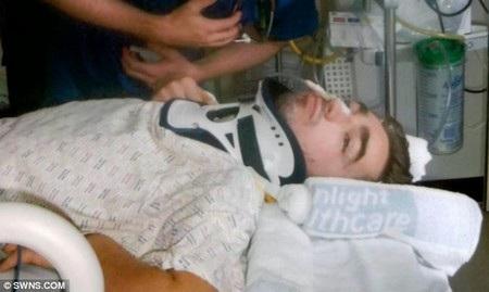 Hawksley được đưa đến bệnh viện sau tai nạn khiến mình suýt chết