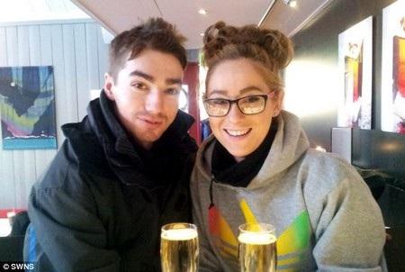Hawksley còn chiến thắng cả căn bệnh ung thư và hiện đang hạnh phúc bên bạn gái của mình