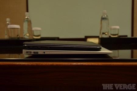 So sánh độ mỏng với MacBook Air của Apple
