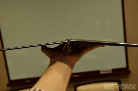 Khi màn hình lật ngửa đạt đến góc 180 độ, các nút trên bàn phím sẽ tự động được vô hiệu hóa