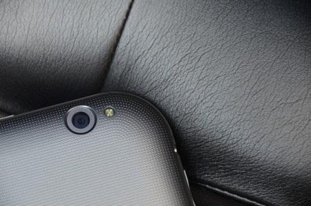 Camera 8 megapixel ở mặt sau kèm đèn flash
