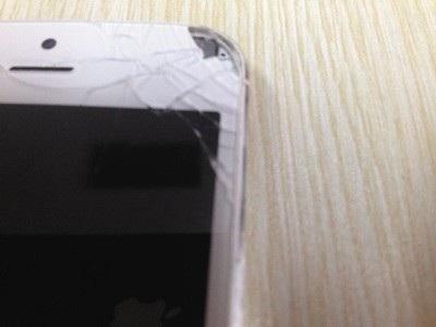 Màn hình bị vỡ sau khi chiếc iPhone 5 của Li phát nổ