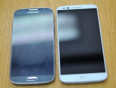"""LG G2 """"đọ dáng"""" cùng Galaxy S4 của Samsung."""