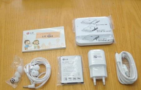 Phụ kiện bên trong của LG G2. Đây là phiên bản nội địa của Hàn Quốc nên pin có thể tháo rời.