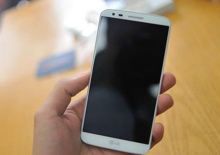 Máy có màn hình rộng 5,2-inch, kéo dài ra tận sát cạnh nên viền màn hình khá mỏng.