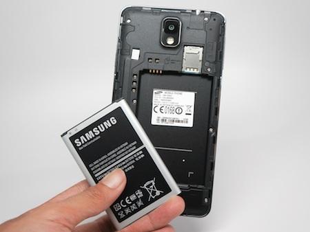 Pin có thể tháo rời, khe cắm SIM và thẻ nhớ nằm ở bên trong vỏ máy