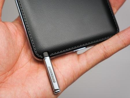Bút S-Pen trên Galaxy Note vẫn nằm ở vị trí quen thuộc như 2 phiên bản Galaxy Note trước đó