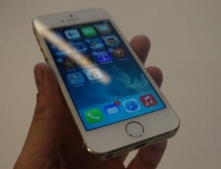 Điểm khác biệt dễ nhận ra nhất giữa iPhone 5S và iPhone 5 chính là nút Home trên sản phẩm