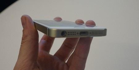 Giắc cắm phone, loa ngoài và cổng kết nối Lightning ở cạnh dưới