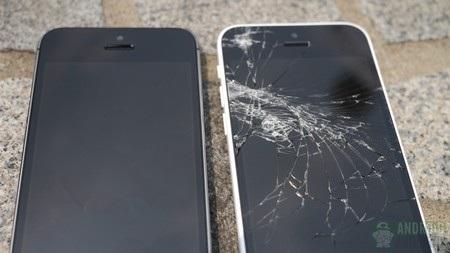 Màn hình của iPhone 5C (phải) hư hại nghiêm trọng khi bị rơi