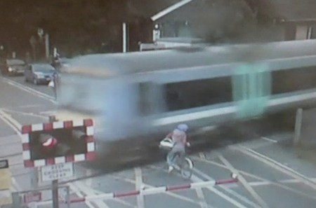 Người phụ nữ đi xe đạp thoát chết thần kỳ khi chuyến tàu lao đến