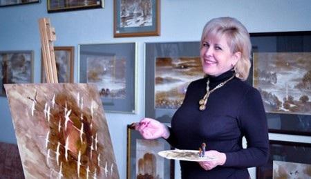Ludmila Zhizenko bên một tác phẩm đang hoàn thành
