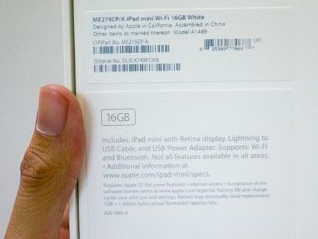Thông tin các phụ kiện in ở mặt sau vỏ hộp. Đây là phiên bản ổ cứng 16GB và chỉ hỗ trợ Wifi