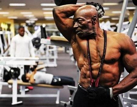 Nhìn vào cơ thể cường tráng, it ai tin rằng Sam Bryant đã ở tuổi 70