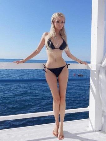Valeria Lukyanova sở hữu vòng eo siêu nhỏ với gương mặt vô hồn