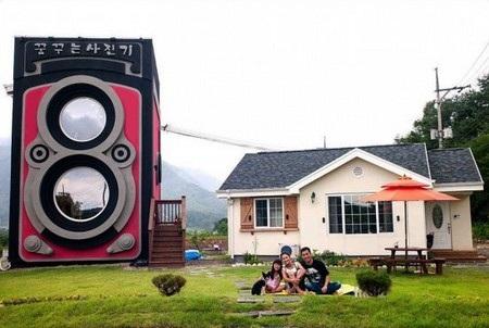 Gia đình của chủ quán sống ở một căn nhà nhỏ bên cạnh
