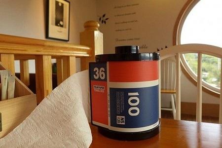 Các vật dụng bên trong quán cà phê đều có ảnh hưởng thiết kế từ nhiếp ảnh