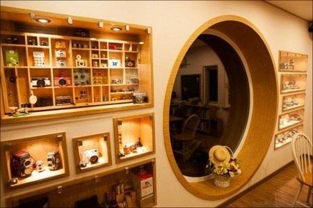 Góc trưng bày hình ảnh và các dụng cụ nhiếp ảnh trong quán cà phê
