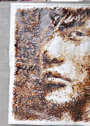 Chân dung nam ca sĩ Châu Kiệt Luân được tạo nên từ những vết ố café