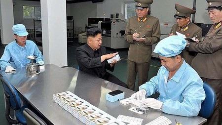 Nhà lãnh đạo Kim Jong-Un trong chuyến ghé thăm nhà máy sản xuất smartphone của Triền Tiên