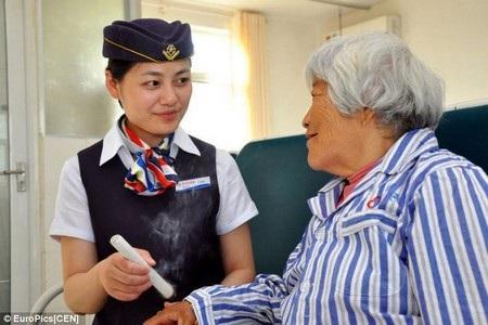 Các nữ y tá ăn mặc đồng phục như tiếp viên hàng không để chăm sóc bệnh nhân