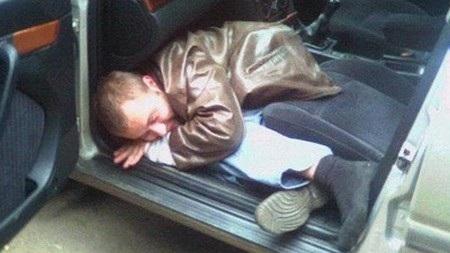 Tên trộm vẫn ngủ ngon lành sau khi đã vào bên trong chiếc xe