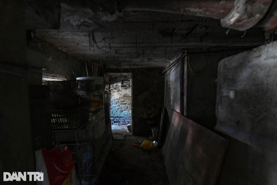 Nhà biến thành hầm ẩm thấp, dột nát tại chung cư tập thể cũ Hà Nội - 10