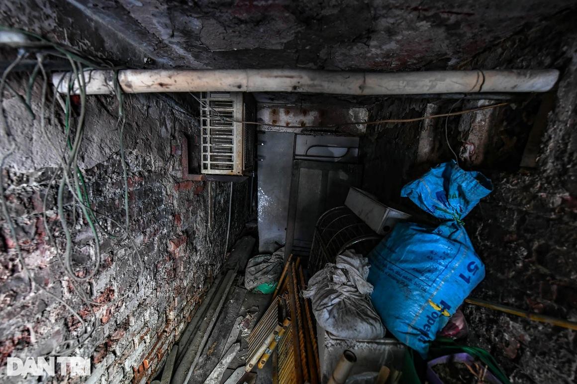 Nhà biến thành hầm ẩm thấp, dột nát tại chung cư tập thể cũ Hà Nội - 9