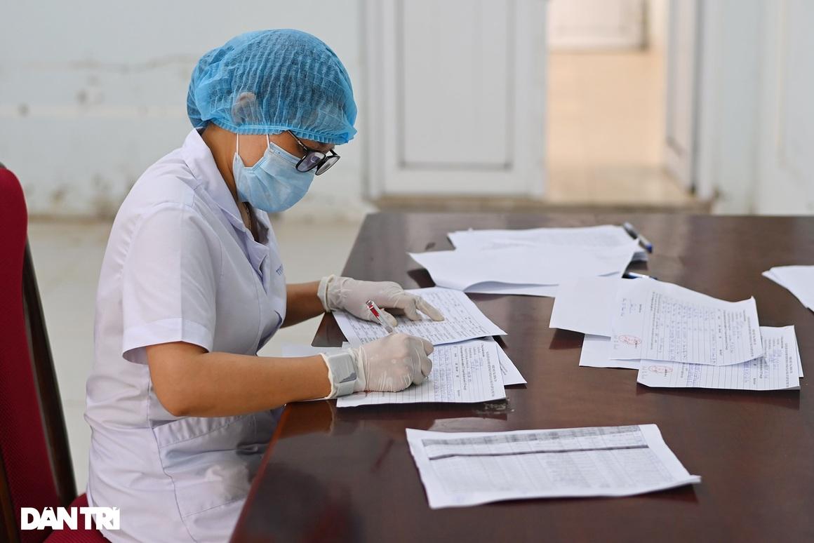 Hình ảnh ngày đầu xét nghiệm Covid-19 cho hơn 6.000 dân từ TPHCM về Hà Nội - 8