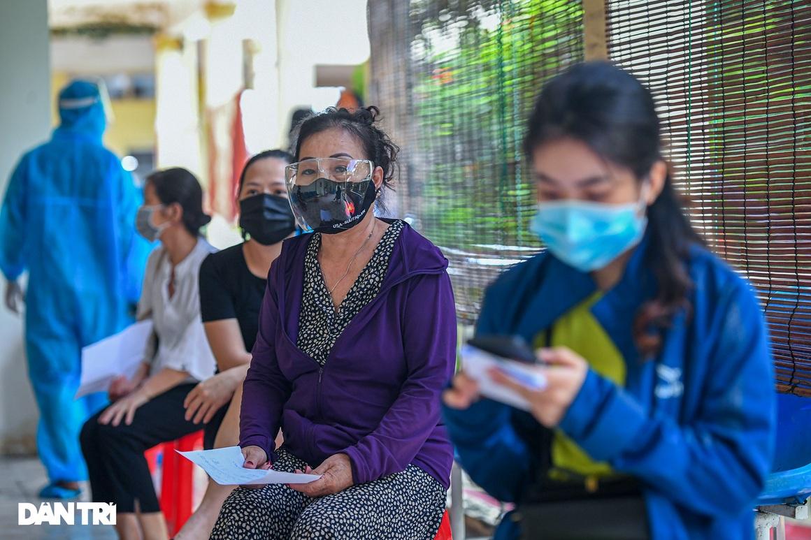Hình ảnh ngày đầu xét nghiệm Covid-19 cho hơn 6.000 dân từ TPHCM về Hà Nội - 3