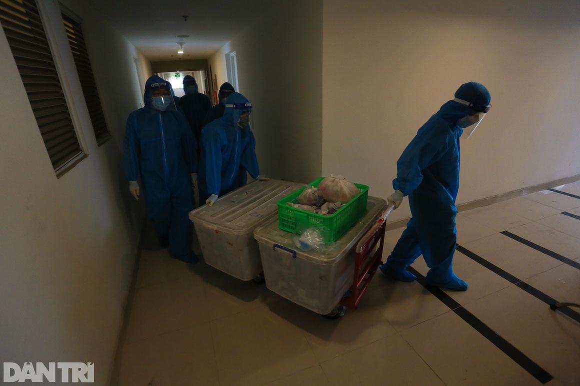 Một ngày bên trong Bệnh viện dã chiến lớn nhất TPHCM đang điều trị 3.400 F0 - 13