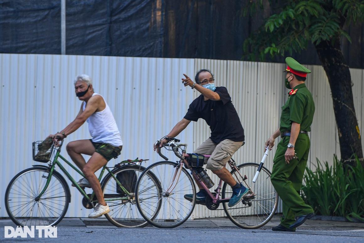 Hà Nội ngày đầu thực hiện Chỉ thị 16: Đường phố vắng, chợ dân sinh đông đúc - 7