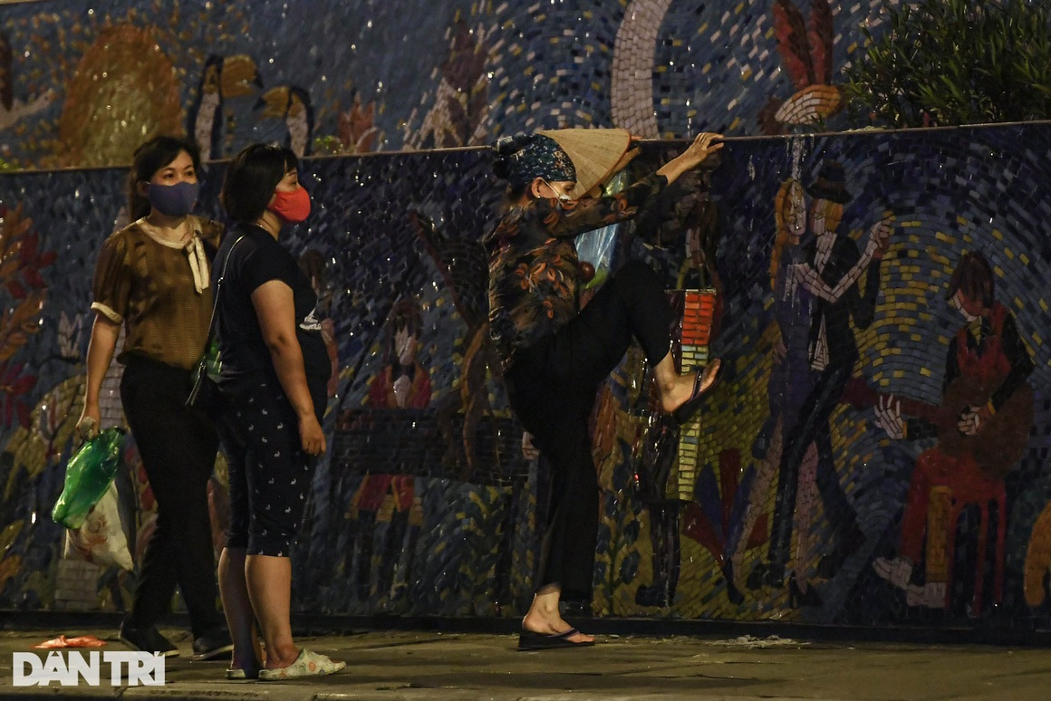 Người dân vượt rào thép gai vận chuyển đồ, rời khỏi khu phong tỏa ở Hà Nội - 9