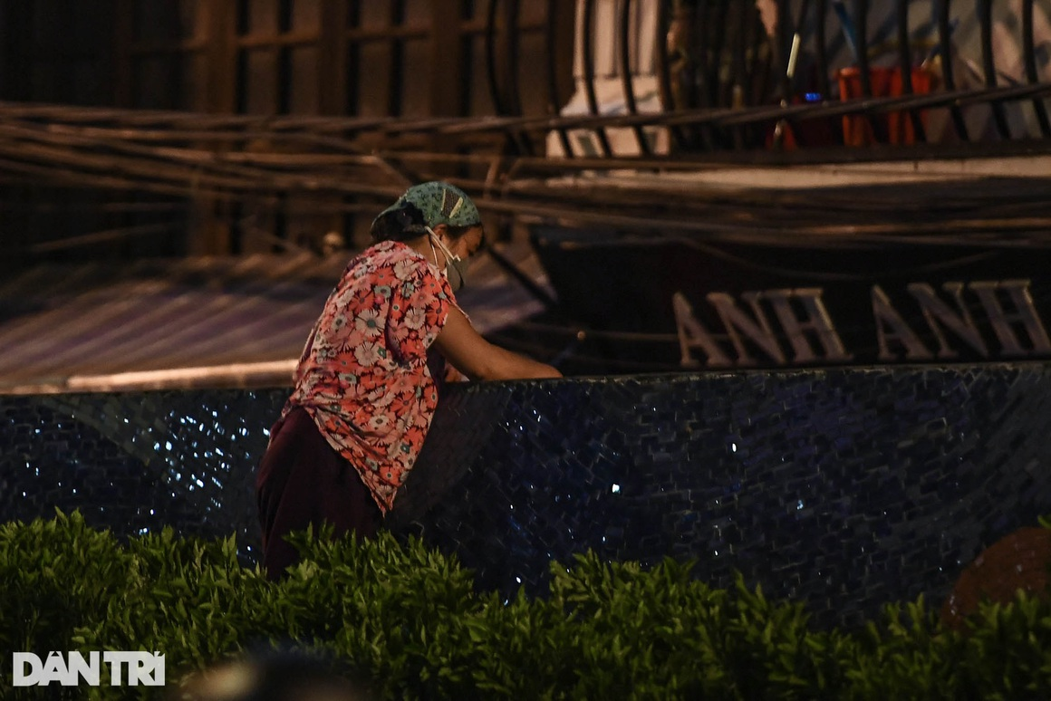 Người dân vượt rào thép gai vận chuyển đồ, rời khỏi khu phong tỏa ở Hà Nội - 8