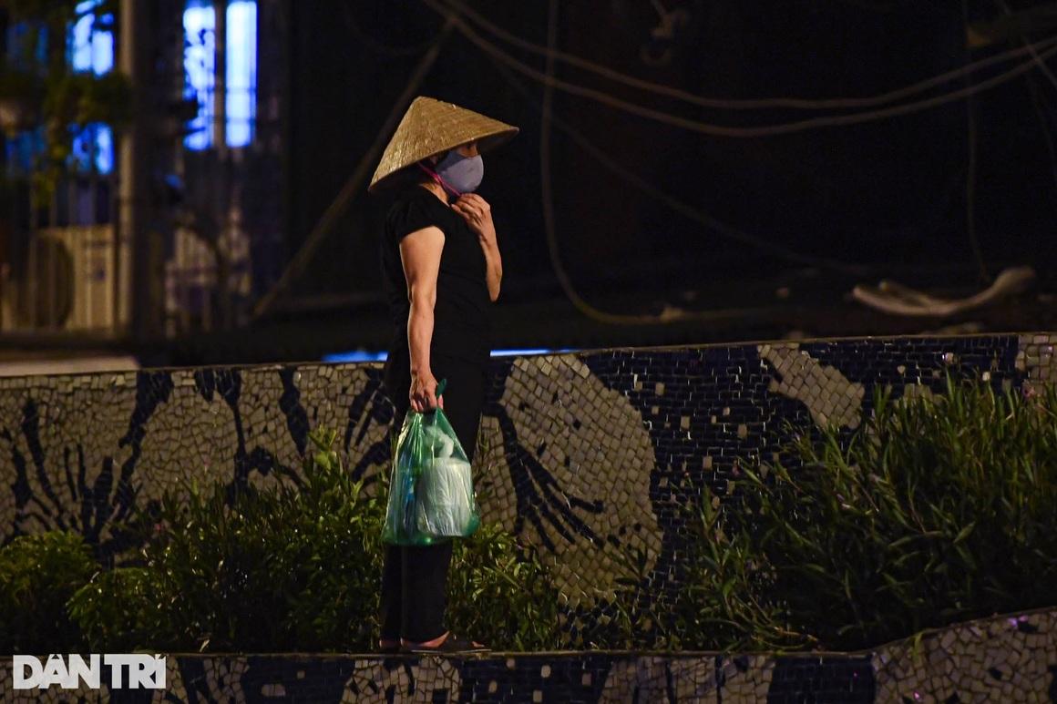 Người dân vượt rào thép gai vận chuyển đồ, rời khỏi khu phong tỏa ở Hà Nội - 5