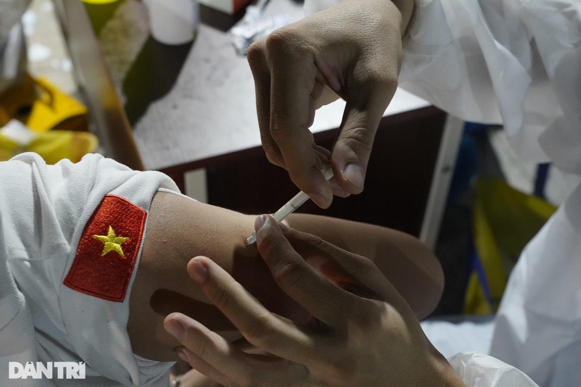 Người dân Sài Gòn chong đèn, tiêm vắc xin vào ban đêm - 8