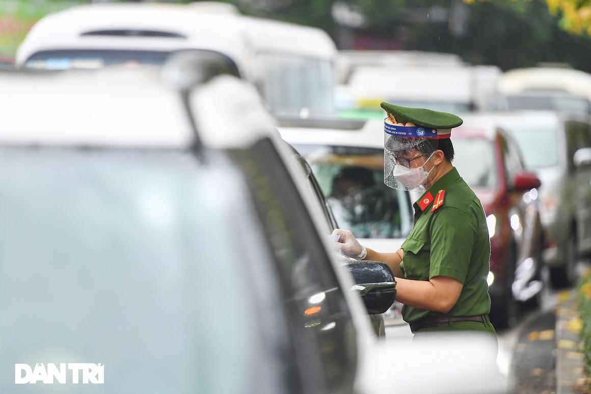 Dân ngỡ ngàng khi nhiều chốt xả trạm, nhiều điểm siết chặt giấy đi đường