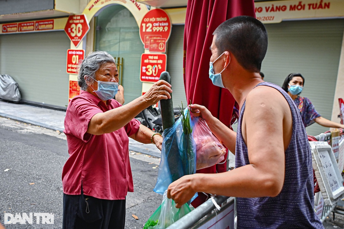 Độc lạ cách bán hàng mùa dịch chưa từng có tại khu chợ nhà giàu Hà Nội - 6