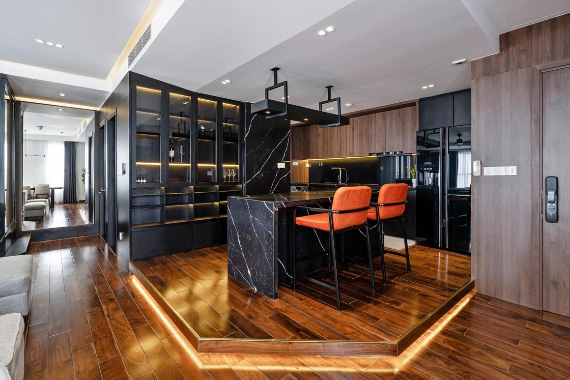 Căn hộ 115 m2 lạ mắt với nội thất tông màu đen chủ đạo - 1