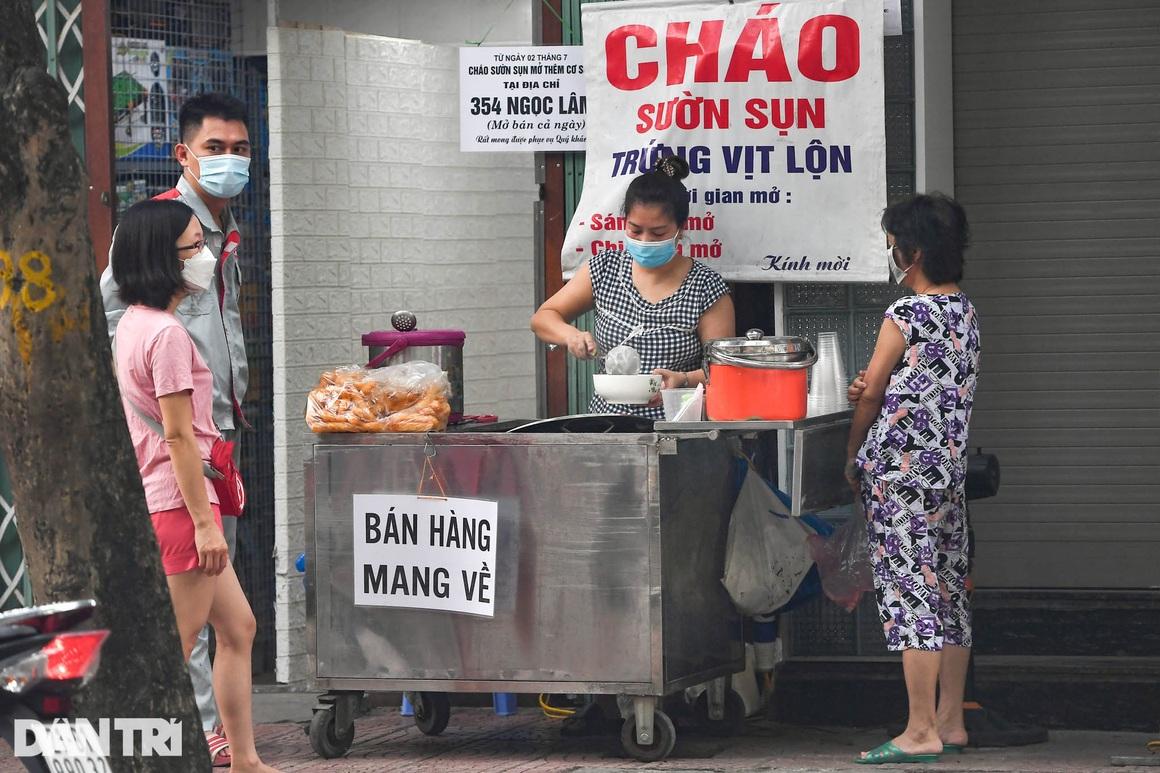 Người dân Hà Nội xách cặp lồng xếp hàng mua phở ở vùng xanh - 2