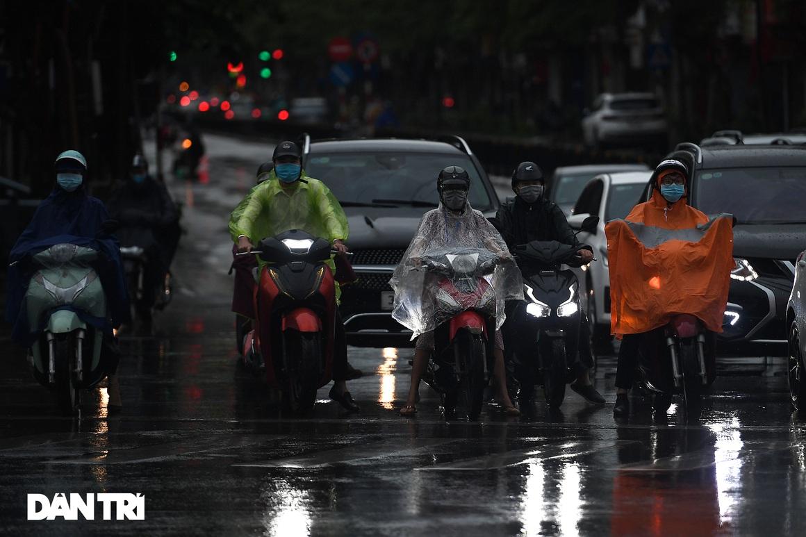 Bầu trời Hà Nội tối sầm sau mưa, xe cộ bật đèn pha lưu thông giữa ban ngày - 7
