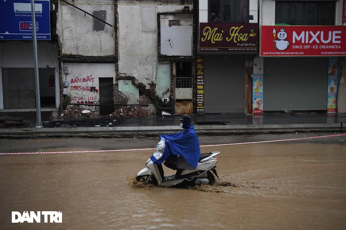 Bầu trời Hà Nội tối sầm sau mưa, xe cộ bật đèn pha lưu thông giữa ban ngày - 11