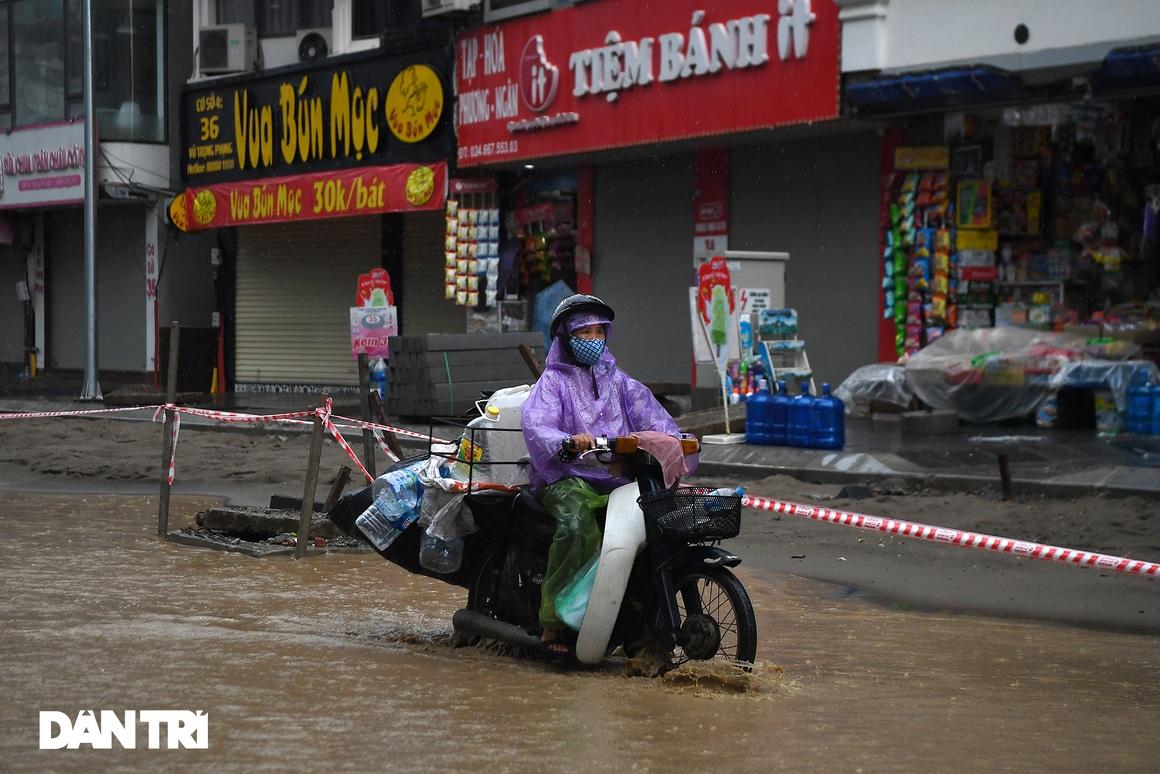 Bầu trời Hà Nội tối sầm sau mưa, xe cộ bật đèn pha lưu thông giữa ban ngày - 10