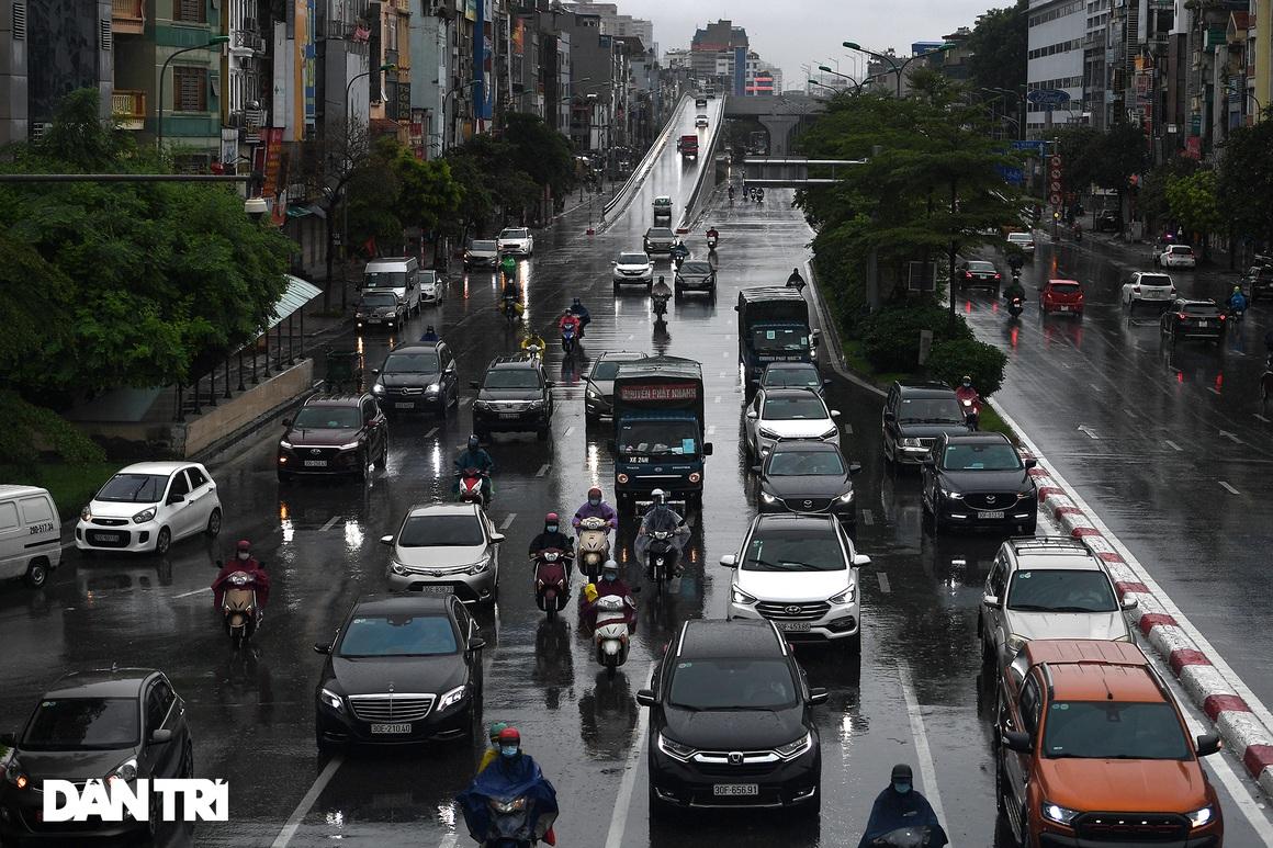 Bầu trời Hà Nội tối sầm sau mưa, xe cộ bật đèn pha lưu thông giữa ban ngày - 8